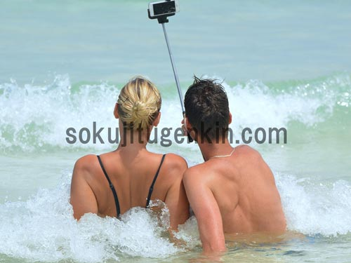 仲睦ましいカップルが写メを撮る